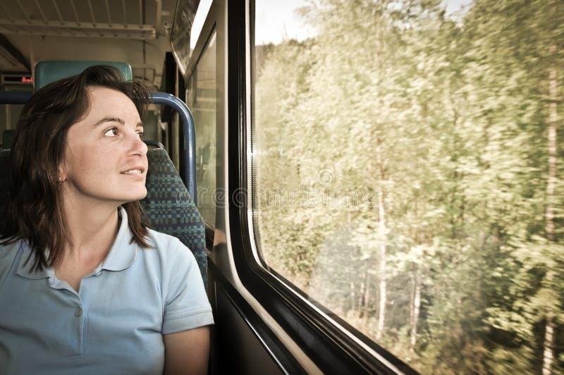 Mulher nova que viaja pelo trem fotografia de stock