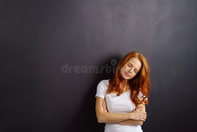 Mulher nova relaxado do ruivo com olhos fechados fotografia de stock royalty free