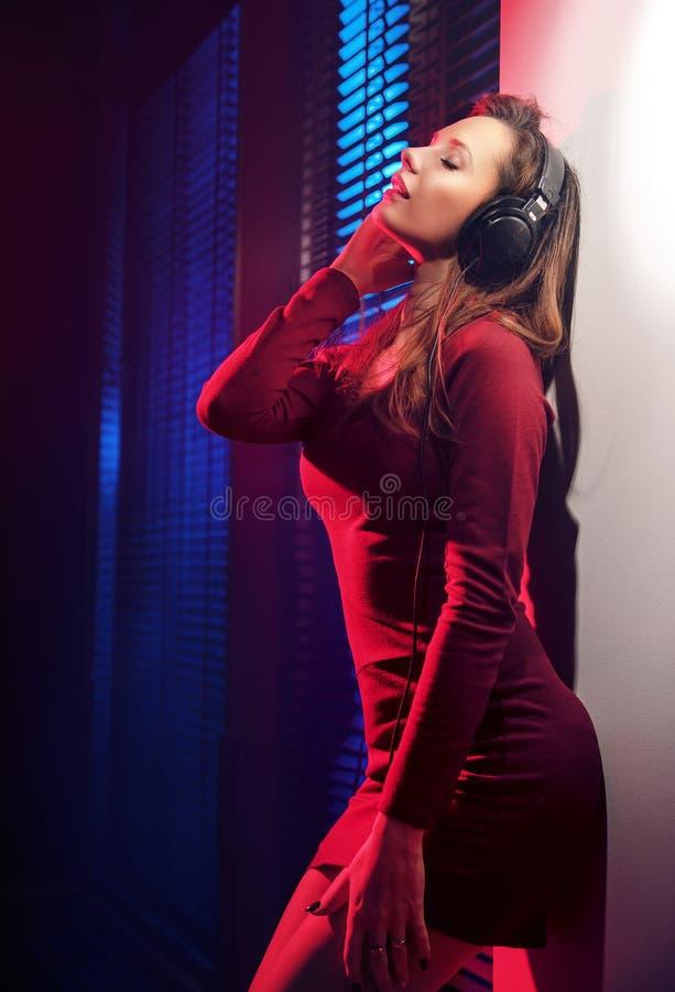 Mulher nova Relaxed que escuta a música foto de stock royalty free