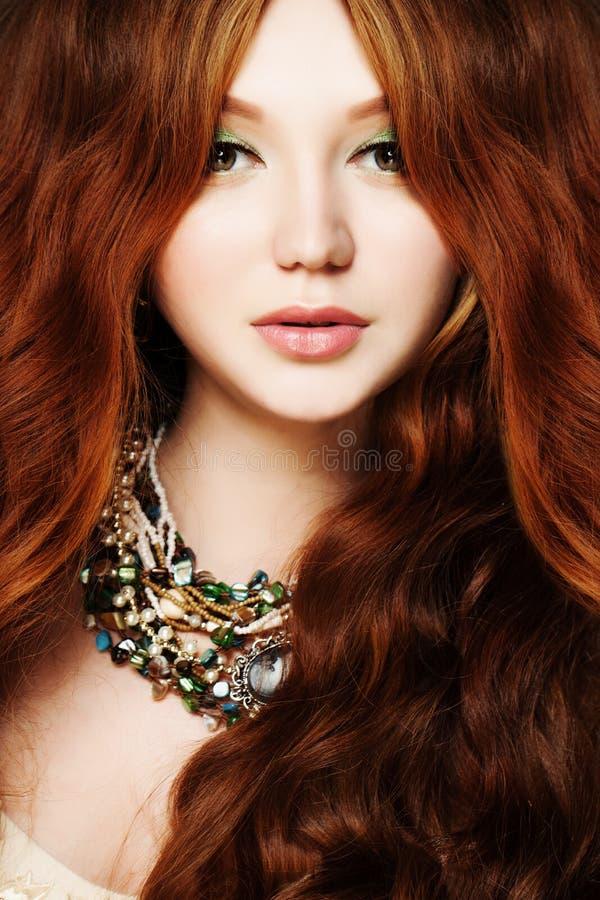 Mulher nova 15 Ruivo, cabelo encaracolado longo e composição fotografia de stock