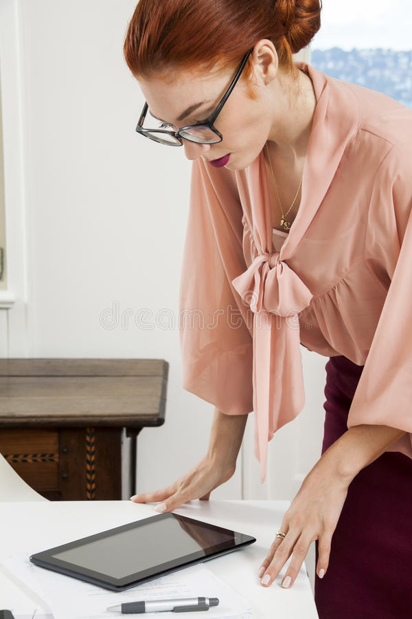 Mulher nova séria do escritório imagens de stock royalty free