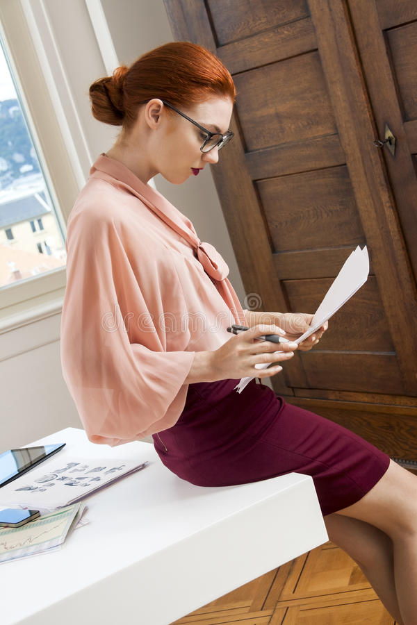 Mulher nova séria do escritório imagens de stock