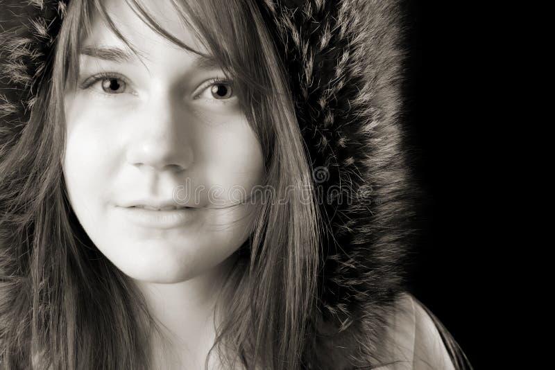 Mulher nova séria no chapéu forrado a pele fotos de stock