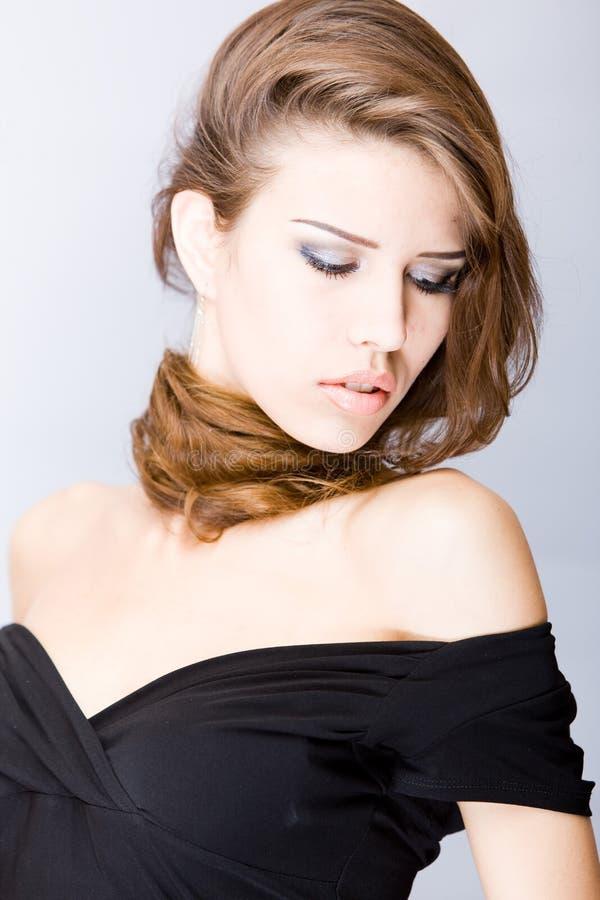 Mulher nova sensual com cabelo longo sobre sua garganta foto de stock