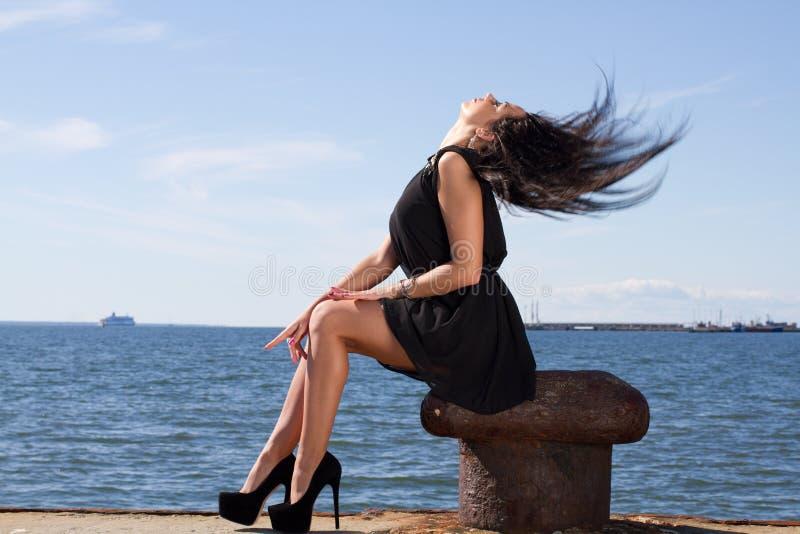 Mulher nova sensual no cais fotografia de stock