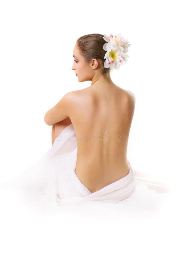 Mulher nova, sentando-se com uma parte traseira desencapada. imagem de stock royalty free