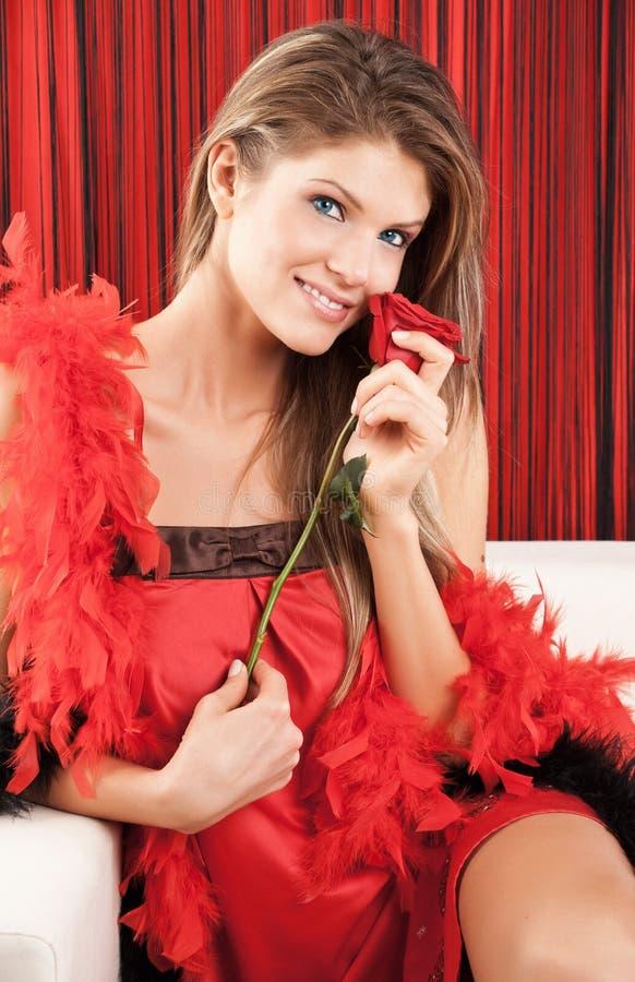 A mulher nova 'sexy' bonita que levanta com um vermelho levantou-se fotografia de stock royalty free