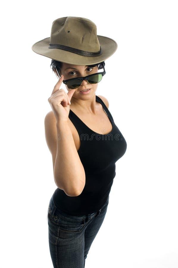Mulher nova 'sexy' com óculos de sol e chapéu foto de stock