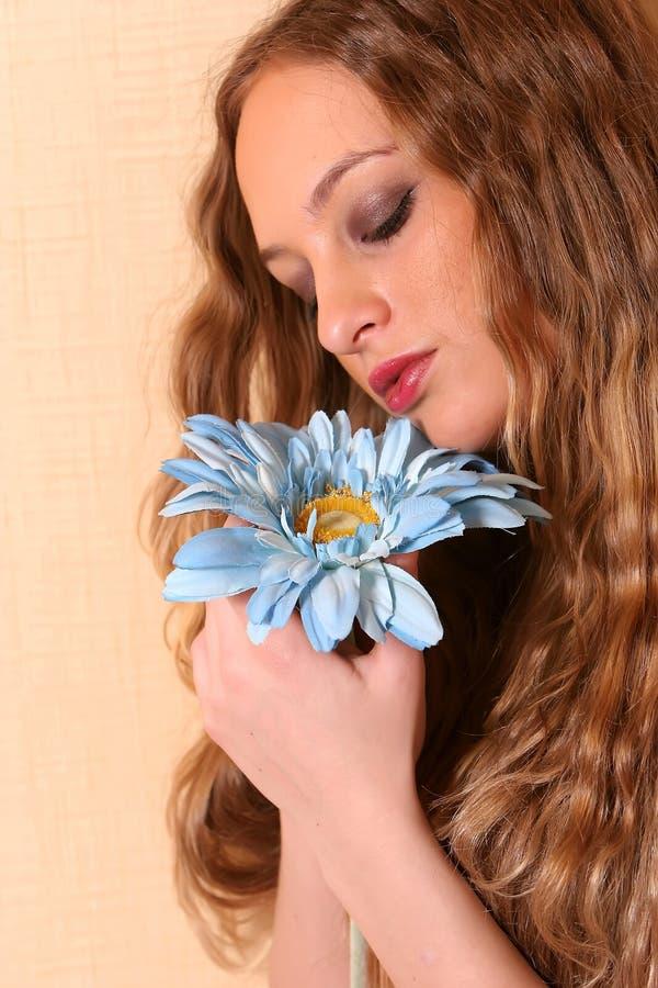 Mulher nova 'sexy' com cabelo longo fotografia de stock