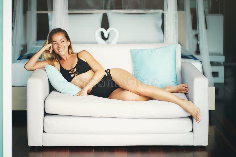 Mulher nova 'sexy' da aptidão com corpo agradável no roupa de banho preto 'sexy' imagens de stock royalty free
