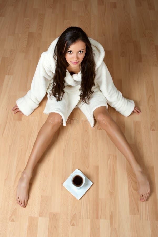 Mulher nova 'sexy' em um bathrobe imagens de stock