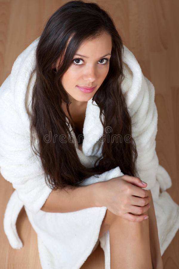 Mulher nova 'sexy' em um bathrobe foto de stock