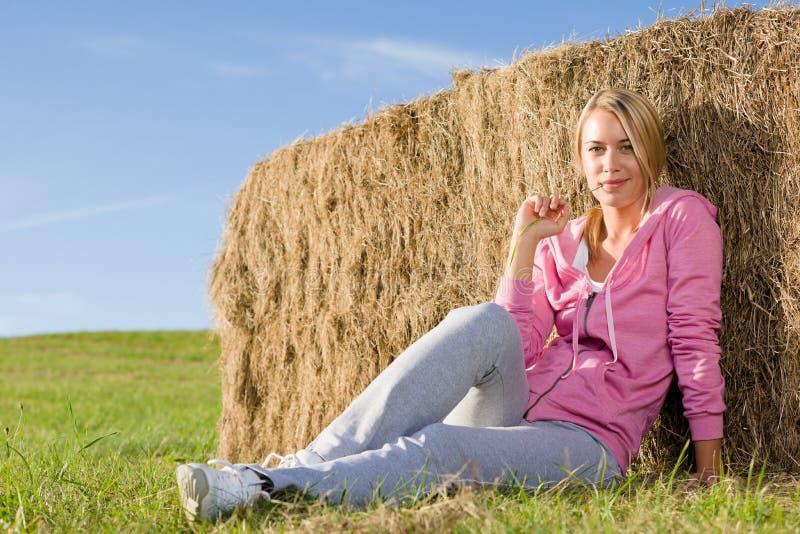 A mulher nova Sportive relaxa pelo por do sol das balas fotos de stock royalty free