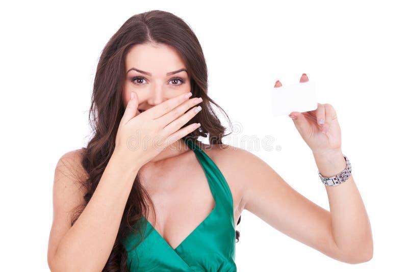 Mulher nova surpreendida com um cartão imagens de stock royalty free