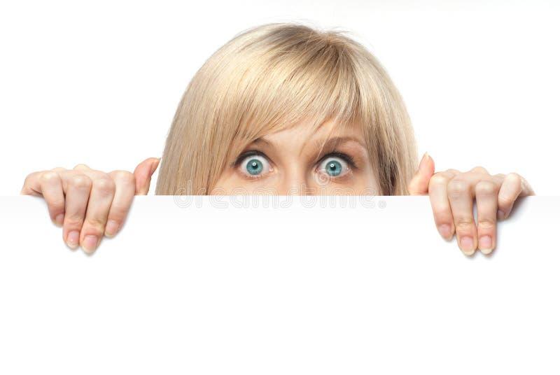 Mulher nova surpreendida que prende o Livro Branco fotografia de stock royalty free
