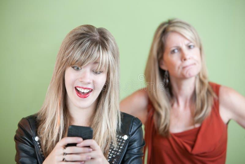 Mulher nova Texting foto de stock royalty free