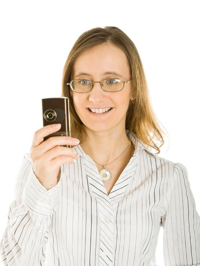 A mulher nova toma o retrato de seu móbil foto de stock