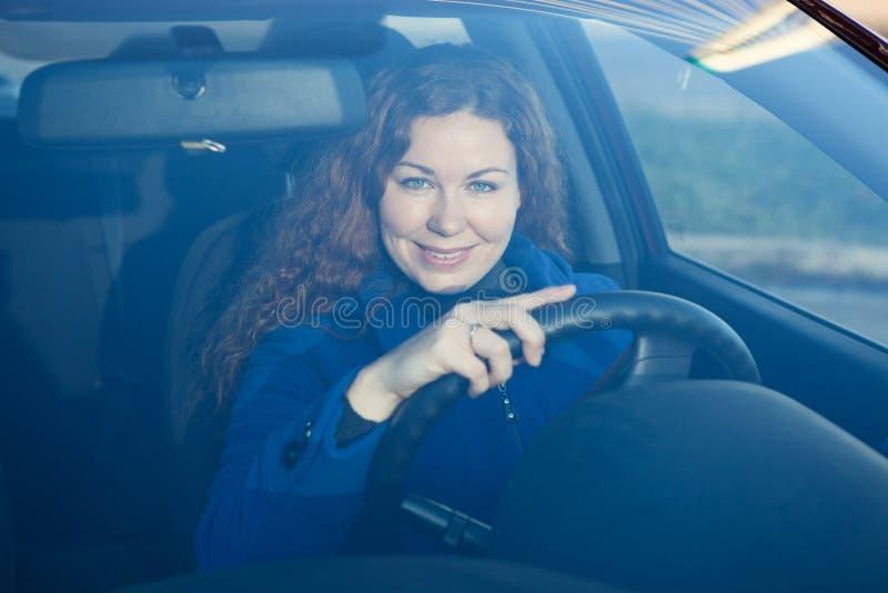 Mulher o motorista que olha através dos windglass do carro imagem de stock royalty free