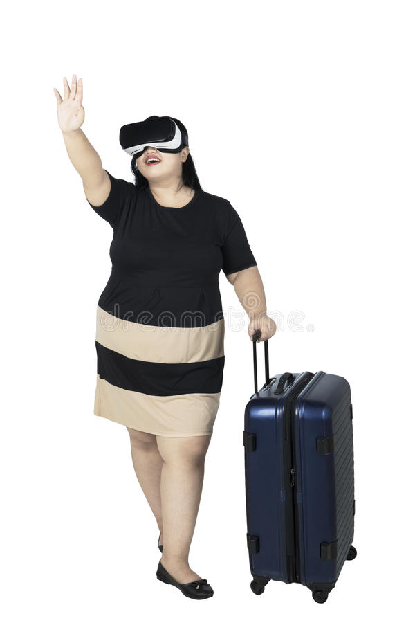 A mulher obeso está usando auriculares da realidade virtual foto de stock