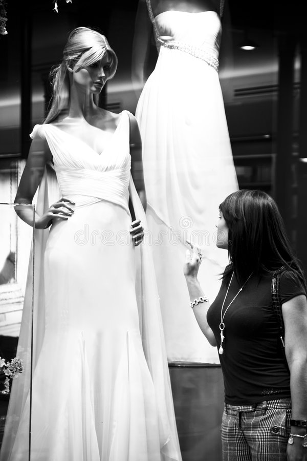 Mulher observando o vestido de casamento bonito imagens de stock royalty free