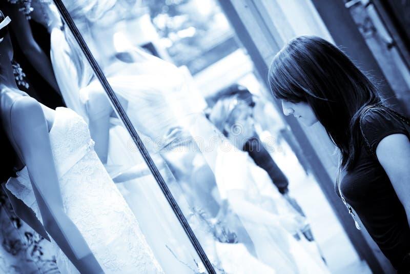 Mulher observando o vestido de casamento bonito foto de stock