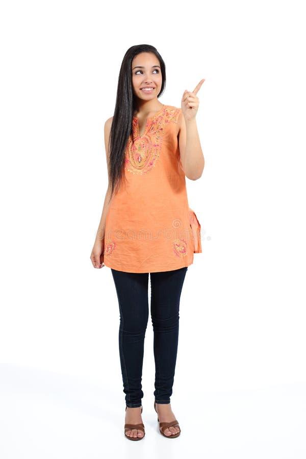 Mulher ocasional árabe bonita que aponta acima da apresentação imagens de stock