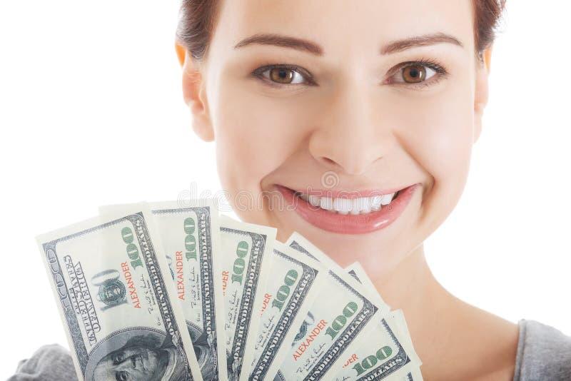 Mulher ocasional bonita nova que guarda a grande quantidade de dinheiro. foto de stock