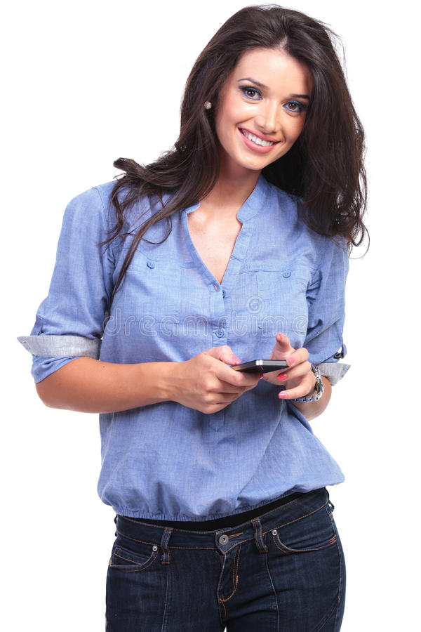 Mulher ocasional com um telefone em sua mão fotografia de stock