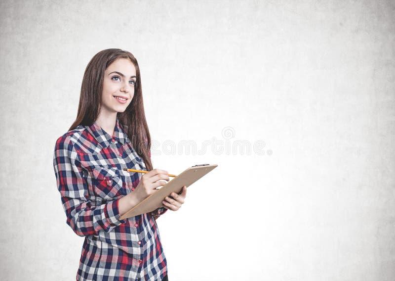 Mulher ocasional de sorriso com a prancheta, trocista acima fotos de stock