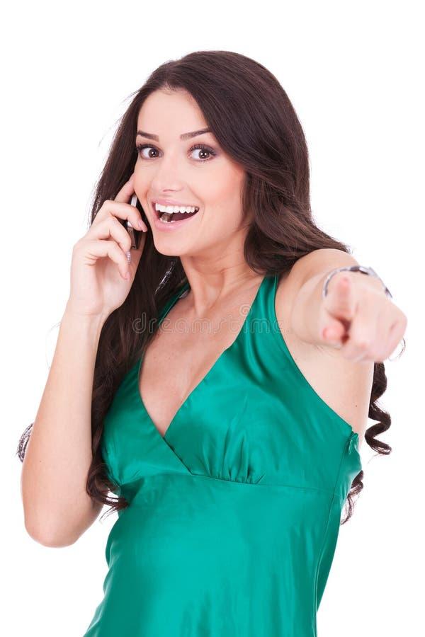 Mulher ocasional de sorriso que fala no móbil imagens de stock royalty free