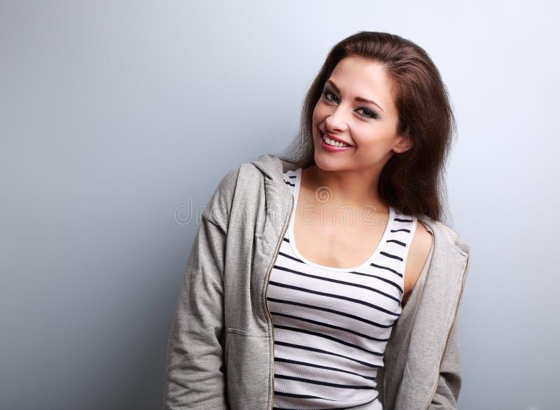 Mulher ocasional nova feliz com sorriso no fundo azul fotos de stock royalty free