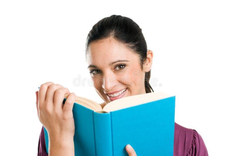 Mulher ocasional nova que lê um fim do livro acima imagens de stock royalty free