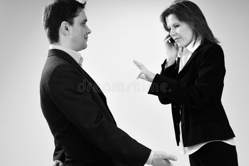Mulher ocupada que gesticula e espera do homem fotos de stock royalty free