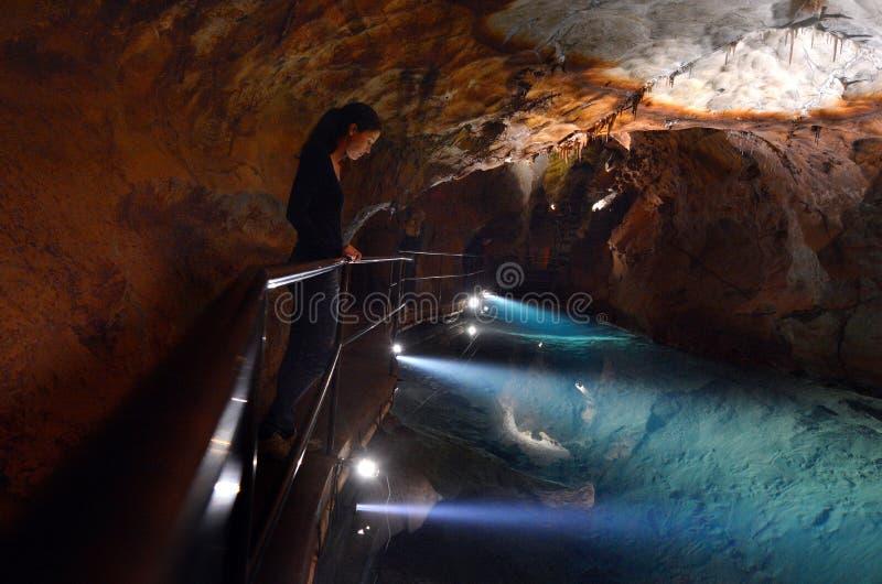 A mulher olha a associação de água no Ne azul das montanhas das cavernas de Jenolan foto de stock royalty free