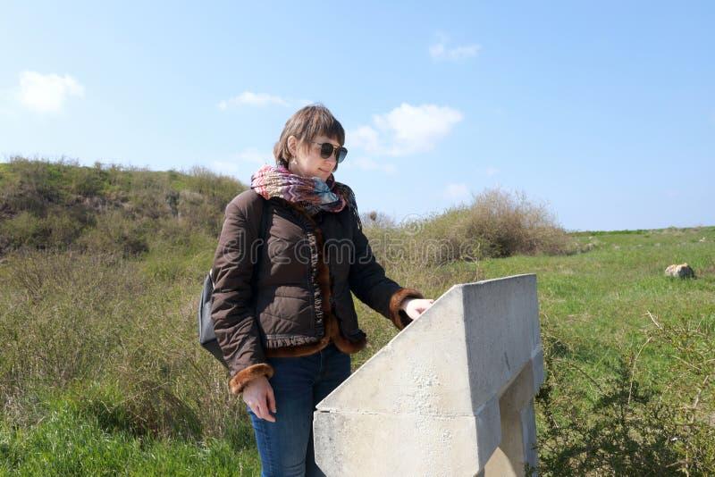 A mulher olha a descrição das vistas de Chersonese imagem de stock
