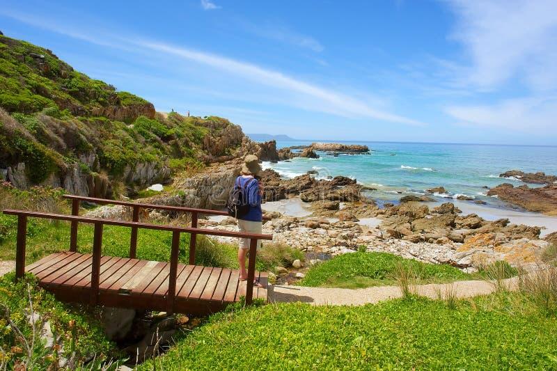 A mulher olha a praia fotografia de stock