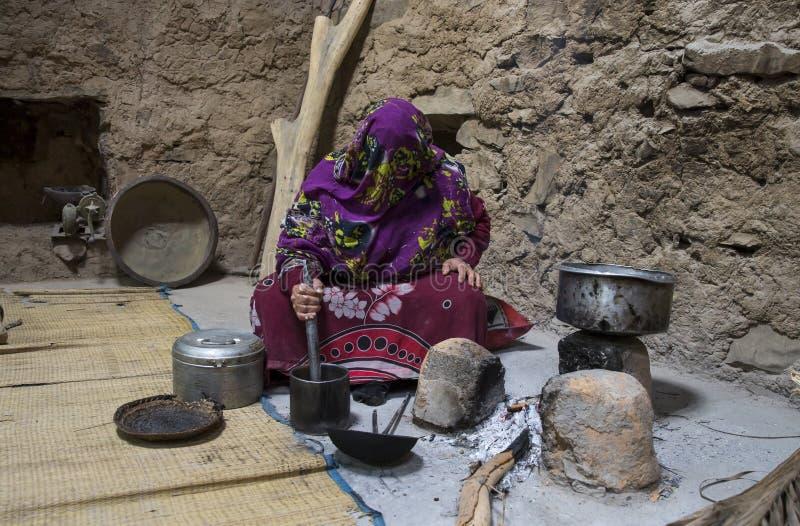 Mulher omanense que faz preparações na cozinha de tradicional ho fotos de stock