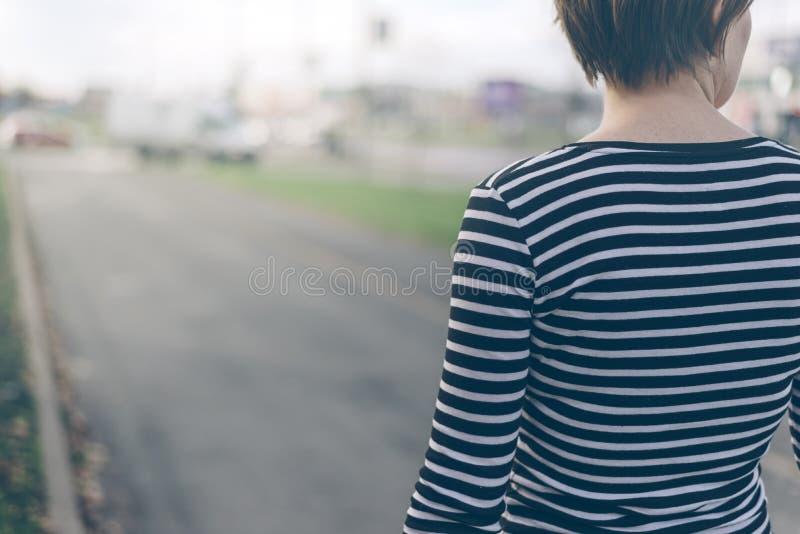 Mulher ordinária que anda abaixo da rua fotografia de stock royalty free
