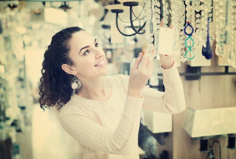 Mulher ordinária que faz a compra na loja da iluminação fotos de stock royalty free