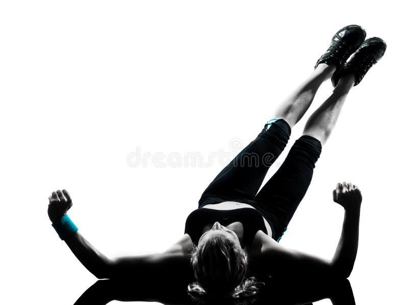 A mulher os abdominals da postura que da aptidão do exercício empurram levanta imagem de stock royalty free
