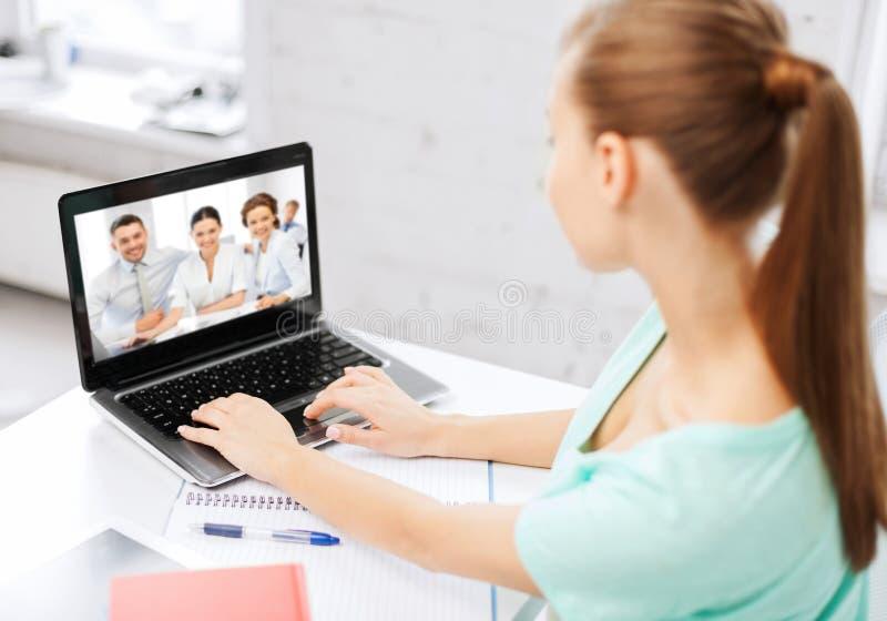 Mulher ou estudante que têm a entrevista video no portátil fotografia de stock