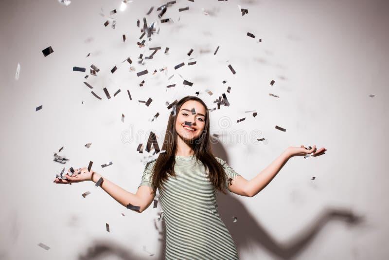 Mulher ou menina adolescente no vestido de fantasia com lantejoulas e confetes no partido fotos de stock