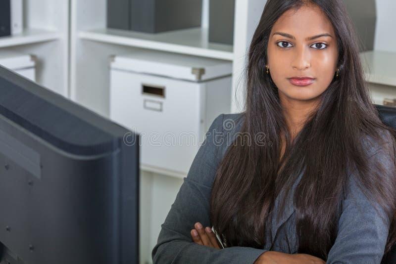 Mulher ou mulher de negócios indiana asiática no escritório imagem de stock royalty free