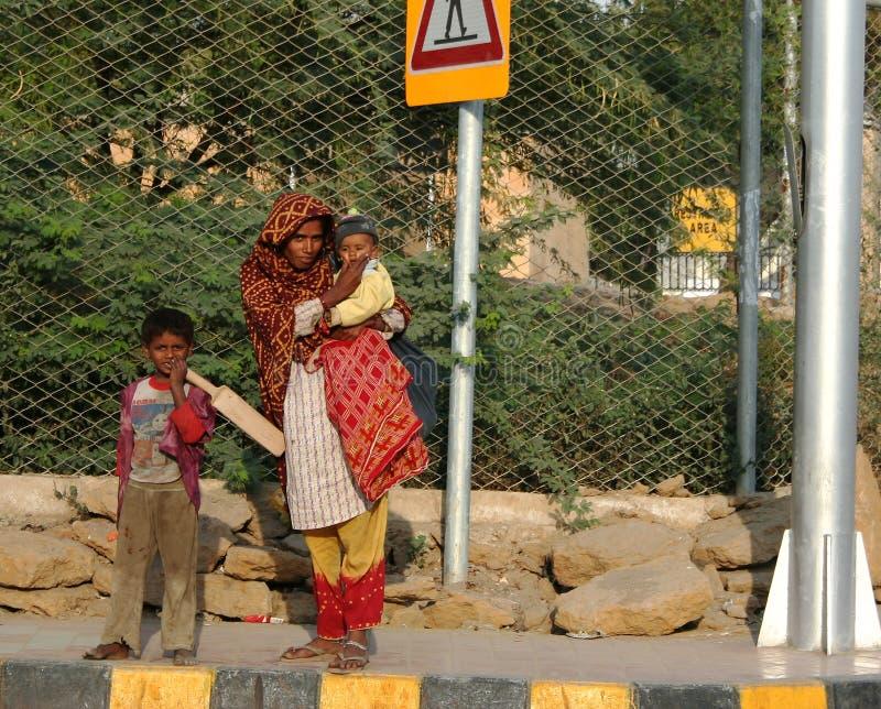 Mulher paquistanesa com miúdos imagem de stock