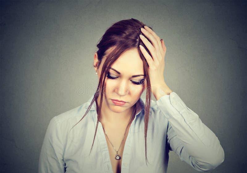 Mulher para fora forçada com expressão preocupada da cara imagens de stock royalty free