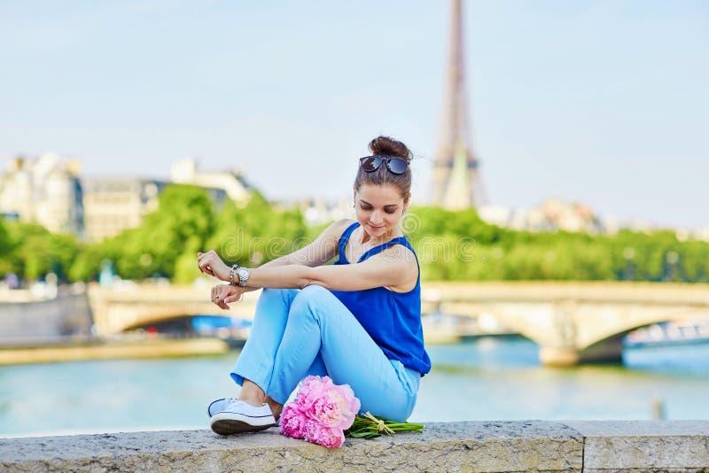 Mulher parisiense na ponte de Alexandre III em Paris imagens de stock