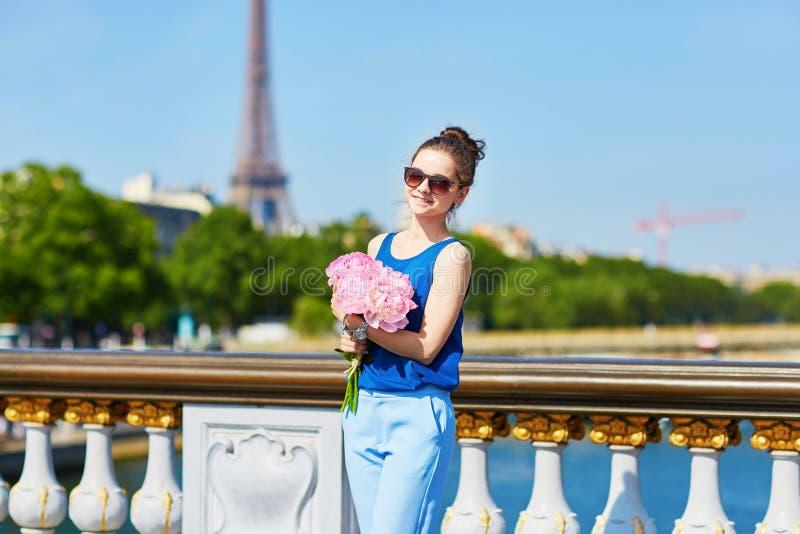Mulher parisiense na ponte de Alexandre III em Paris fotos de stock