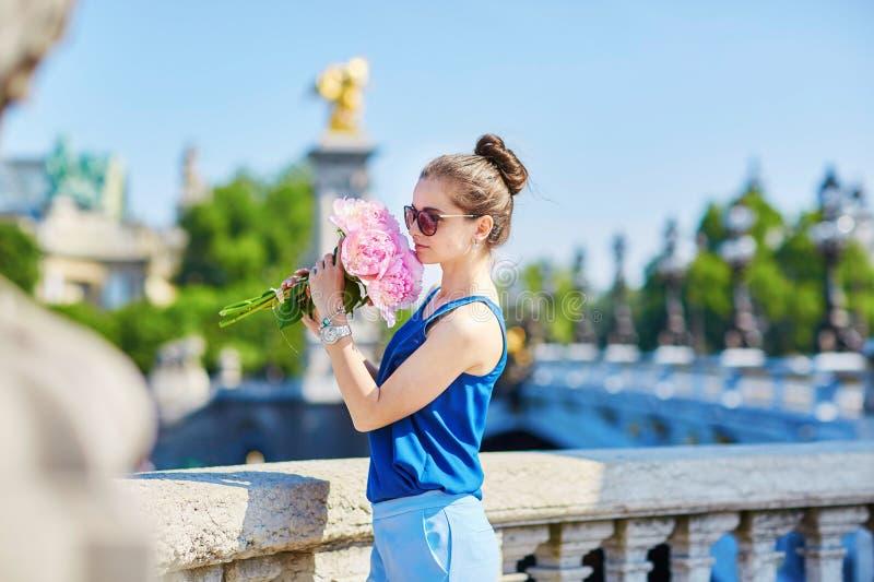 Mulher parisiense na ponte de Alexandre III em Paris imagens de stock royalty free