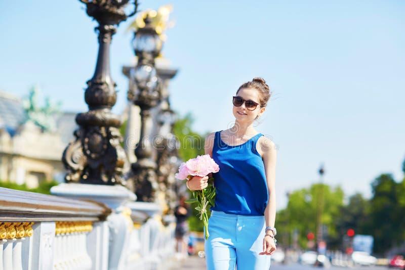 Mulher parisiense na ponte de Alexandre III em Paris fotos de stock royalty free