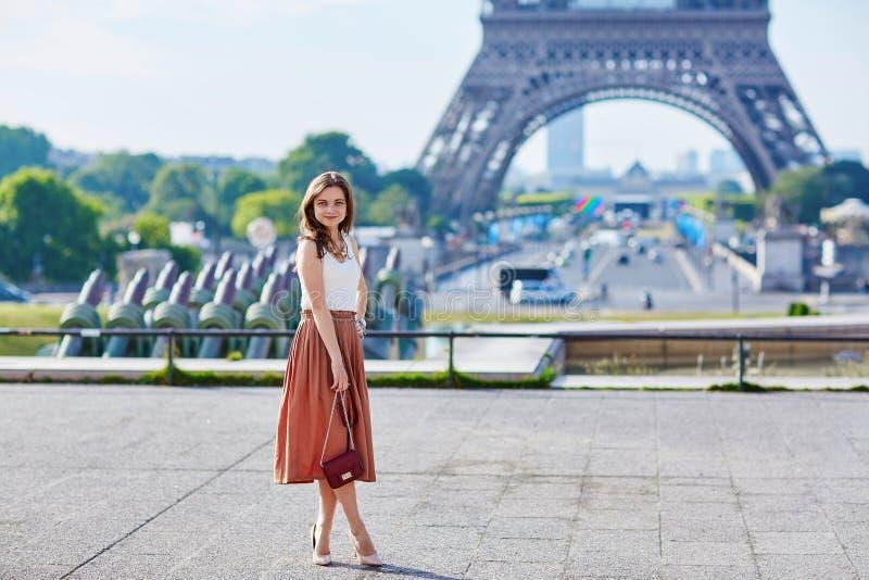 Mulher parisiense nova bonita perto da torre Eiffel foto de stock